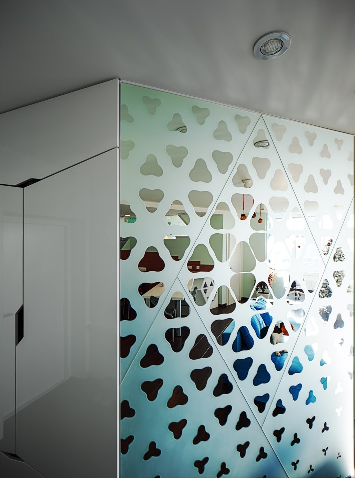 Mirror with rhodonea pattern