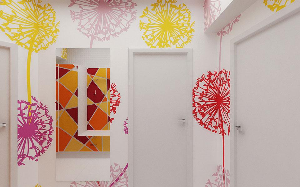 яркие обои в в цветок в коридоре