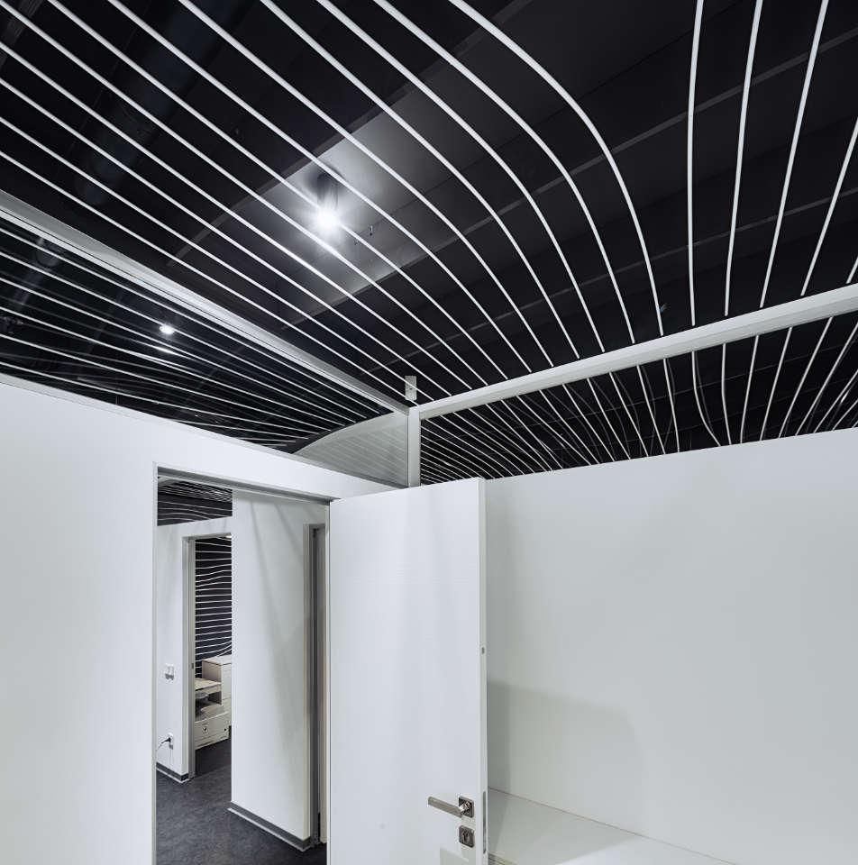 сучасна стеля в дизайні офісу у києві