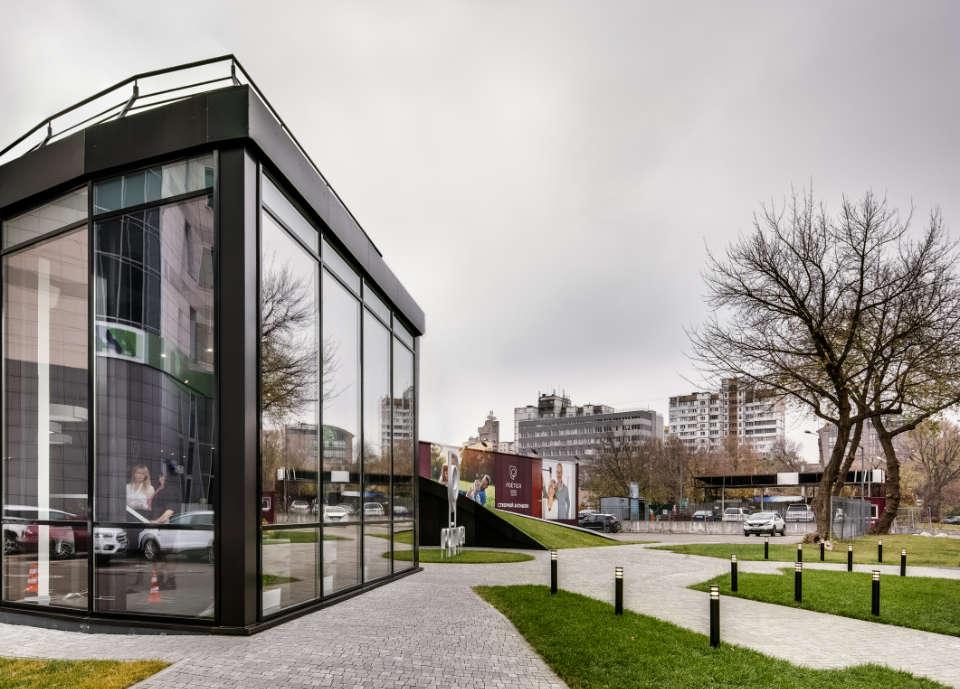 фото скляного фасаду офмсу продажів poetica