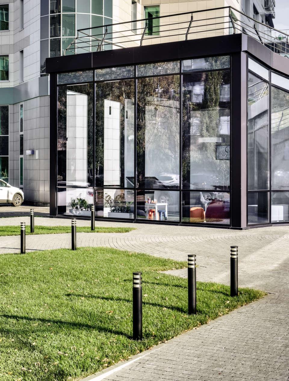 фото дворику та фасаду офісу продажу поетики
