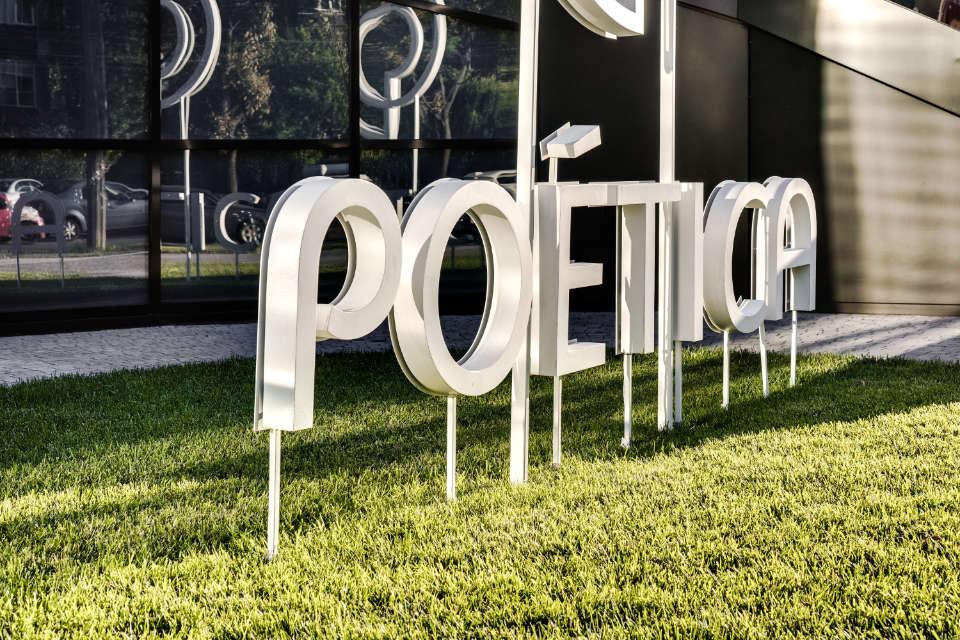 архітектурне виконання логотипу жк поетика в металі