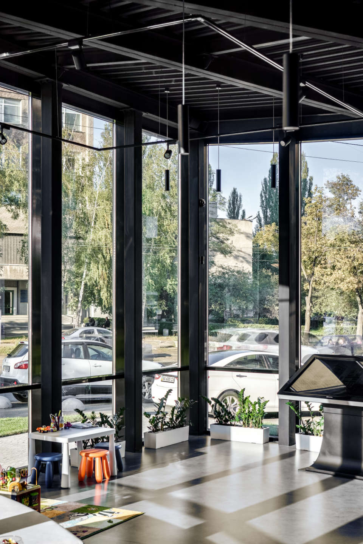 фото виду з вікна будівлі сейлщ офісу poeticа