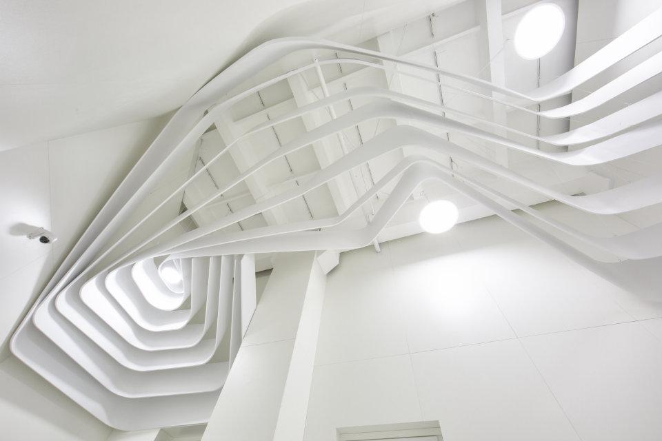 дизайн стелі зі смугами бц європасаж