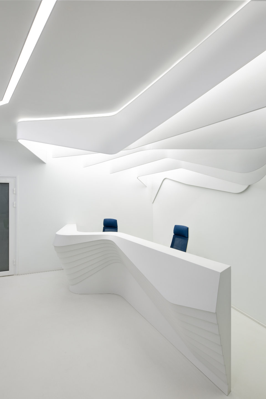 сучасний хол бізнес центру з параметричною рецепцією