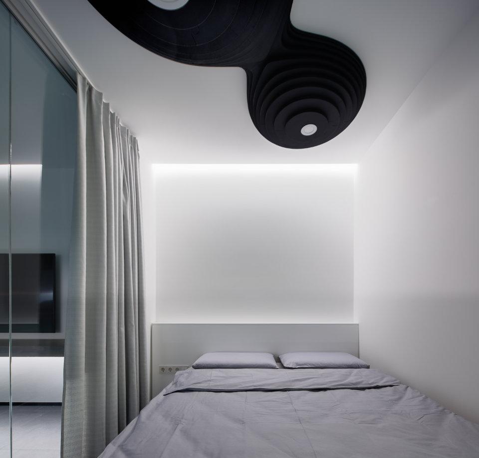 спальня зі скляною стіною